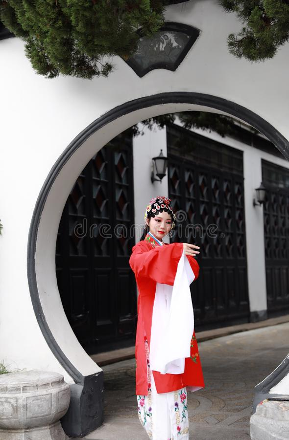O Pequim chinês Opera de Peking da mulher de Aisa traja o jogo tradicional do drama do papel de China do jardim do pavilhão fotos de stock