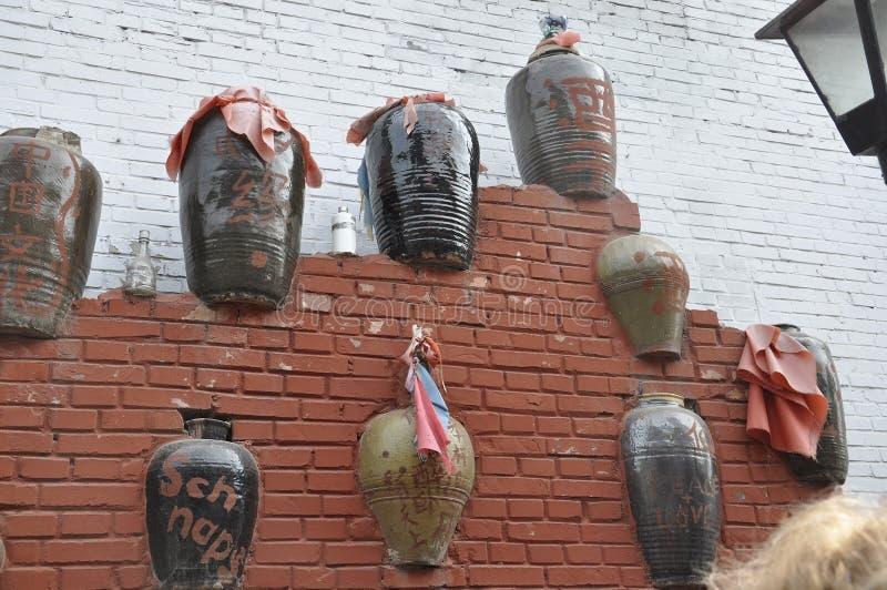 O Pequim, 7o pode: Decoração da parede de tijolos da casa com as embarcações cerâmicas de Wangzuo Hutong no Pequim imagens de stock