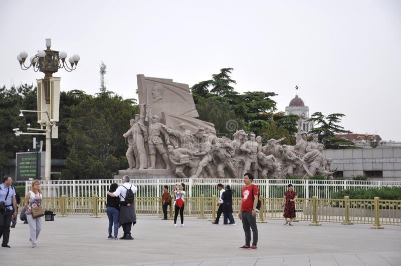 O Pequim, 5o pode: Monumento dos revolucionários na frente de Mao Mausoleum na Praça de Tiananmen no Pequim fotos de stock royalty free
