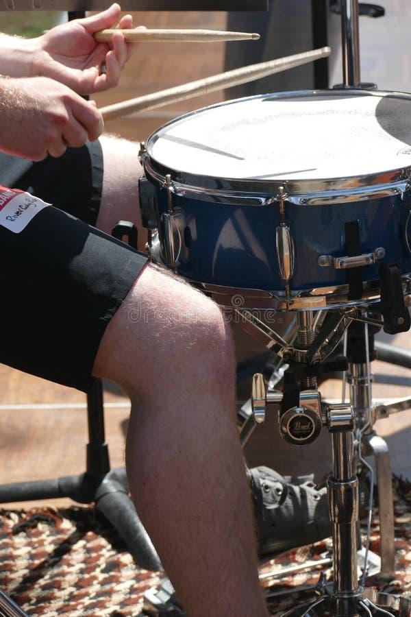 O percussionista joga os cilindros no 4o julho foto de stock royalty free
