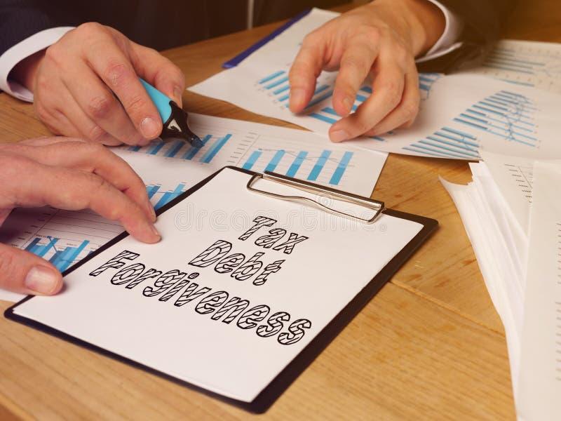O perdão da dívida fiscal é mostrado na foto de negócios imagens de stock royalty free