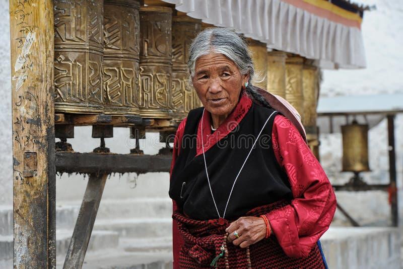 O peregrino tibetano não identificado circunda o palácio de Potala fotos de stock royalty free