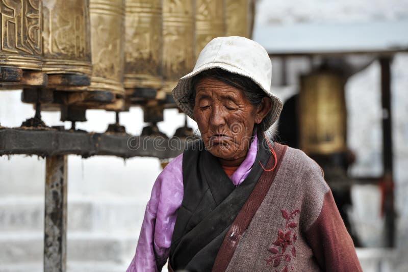 O peregrino tibetano não identificado circunda o palácio de Potala fotografia de stock