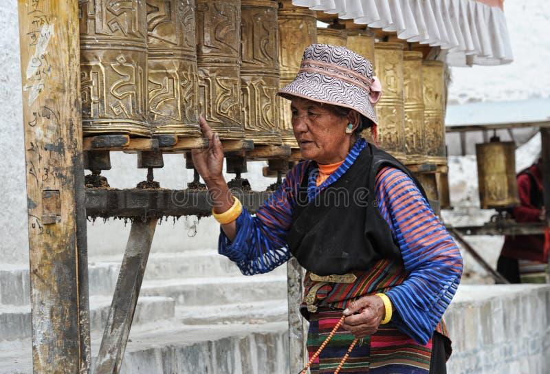 O peregrino tibetano não identificado circunda o palácio de Potala imagens de stock