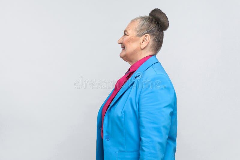 O perfil da felicidade envelheceu a mulher com cabelo do cinza do bolo fotos de stock
