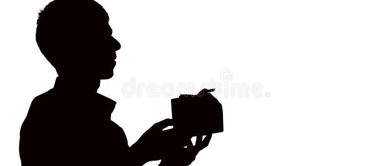 O perfil da silhueta de um homem dá uma caixa de presente com curva para seu amado, o indivíduo felicita no fundo isolado branco, imagem de stock royalty free