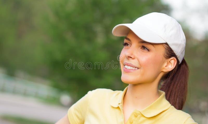 O perfil de um jovem de sorriso ostenta a mulher imagem de stock royalty free