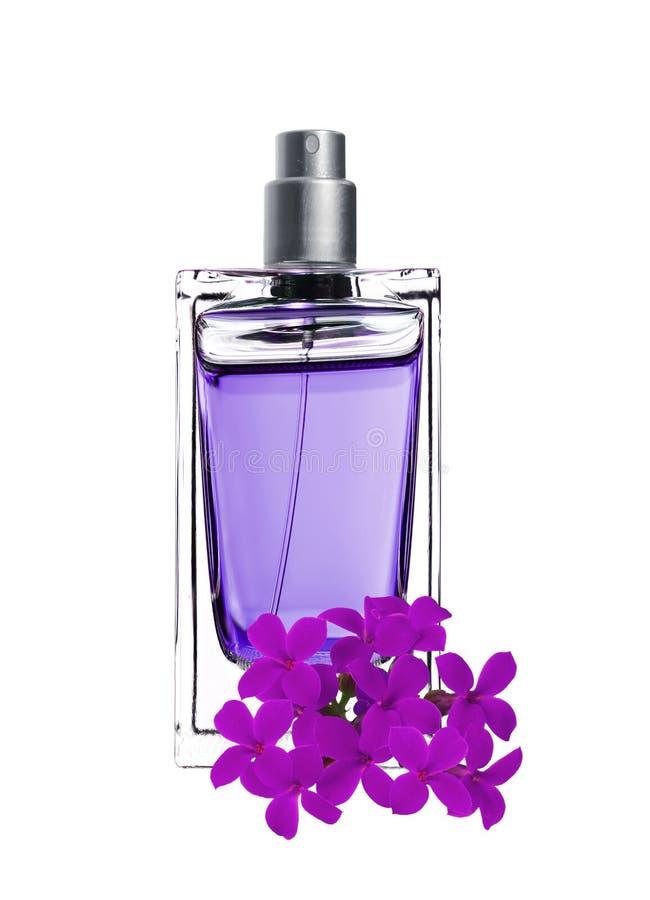 O perfume dos homens na garrafa bonita com flores violetas imagem de stock