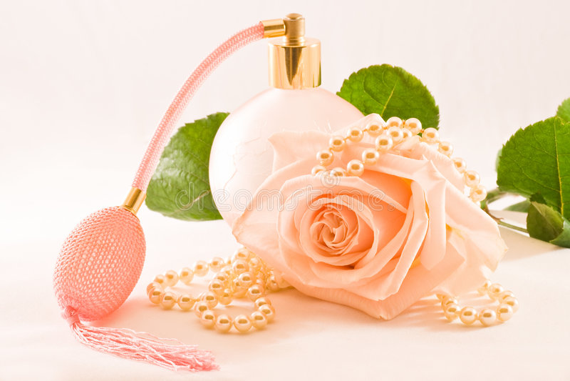O perfume-frasco de vidro cor-de-rosa com levantou-se foto de stock