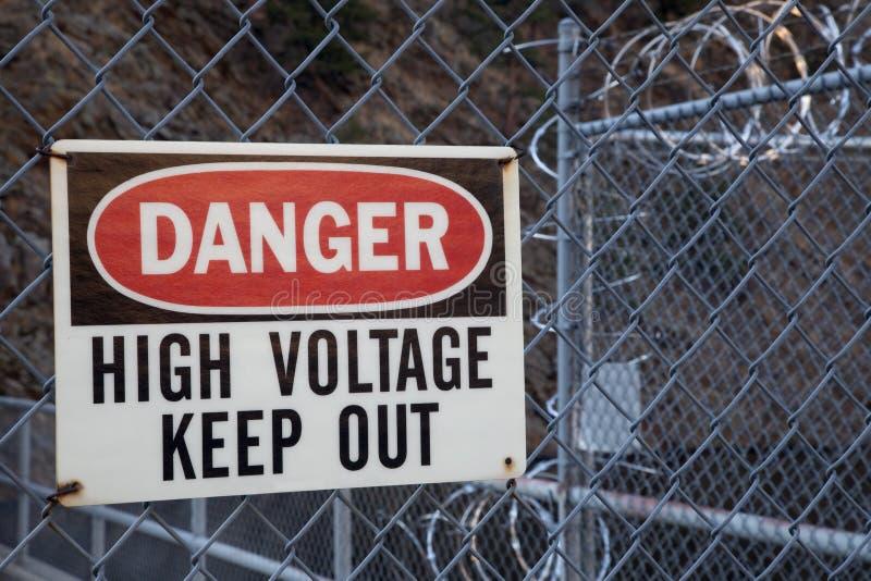 O perigo, alta tensão, mantem para fora o sinal imagem de stock