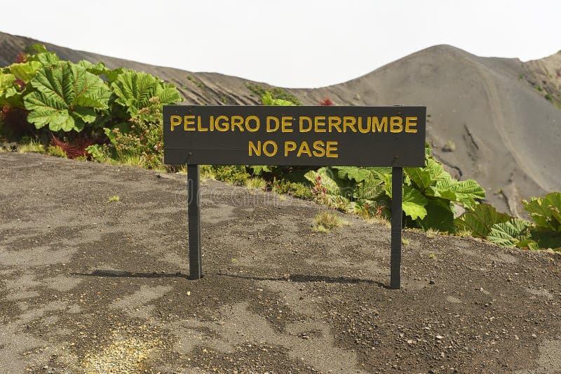 O perigo do sinal da corrediça da terra, não passa na cratera do vulcão de Irazu, Costa Rica imagens de stock