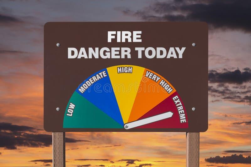 O perigo extremo do fogo assina hoje com nascer do sol fotos de stock royalty free