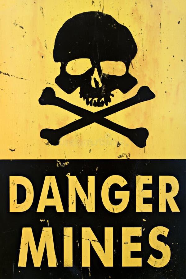 O perigo mina o close up do sinal de aviso imagens de stock