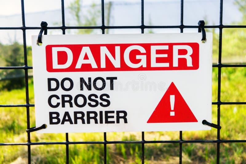 O perigo não cruza o sinal da barreira imagem de stock