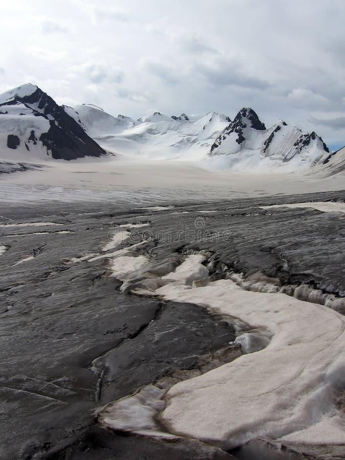 O perigo rachou na geleira em montanhas de Tien Shan imagens de stock