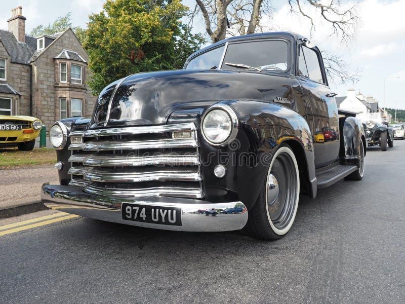 O ` 1953 personalizado de Chevrolet avançou o camionete do ` do projeto no preto foto de stock