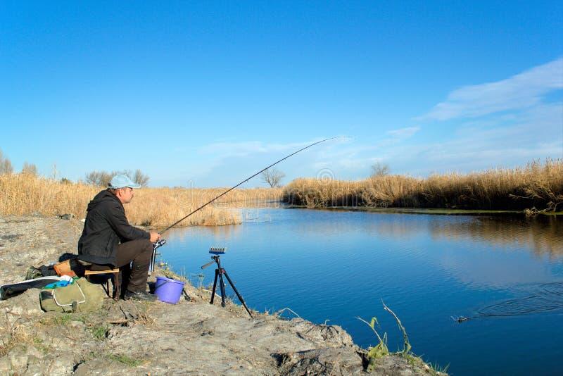 O pescador está pescando no rio foto de stock royalty free