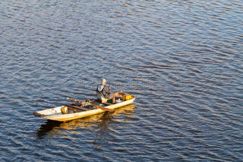 O pescador está pescando no rio de Vltava em Praga foto de stock royalty free