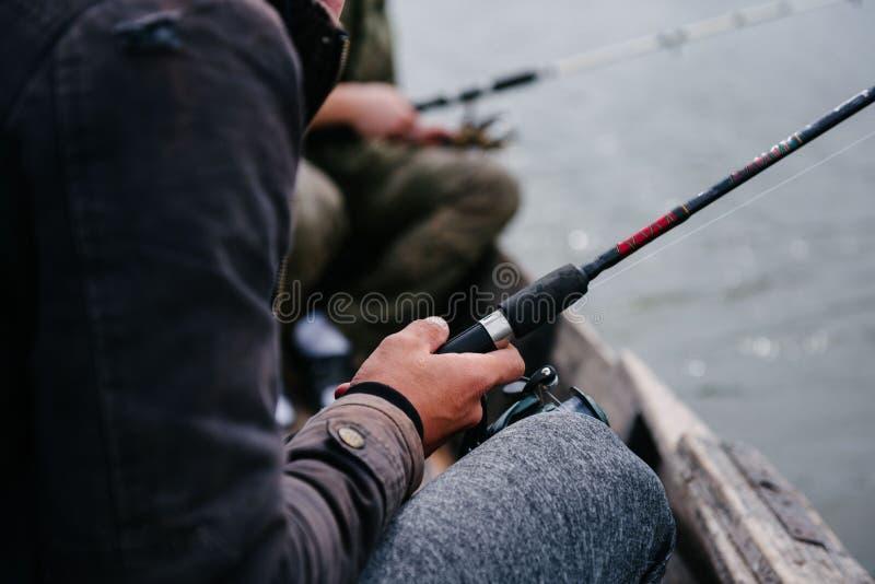 O pescador gerencie o carretel da mão em um close-up de gerencio imagens de stock royalty free