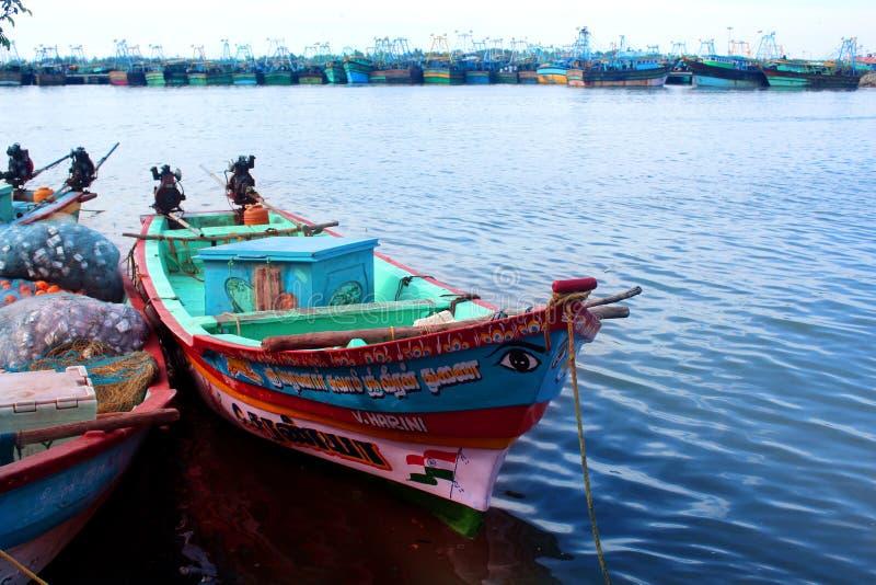 O pescador grande e botes que esperam os pescadores foto de stock