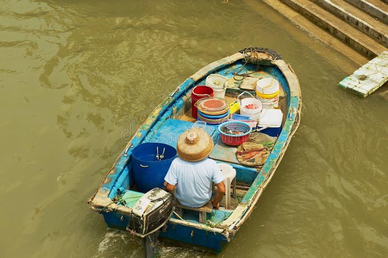 O pescador local monta um barco velho na vila dos pescadores da TAI O em Hong Kong, China fotos de stock