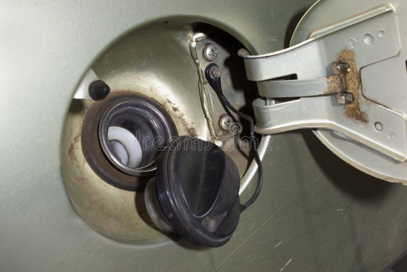 O pescoço de enchimento do tanque de gás, tampão do depósito de gasolina, lançou a tampa do metal foto de stock