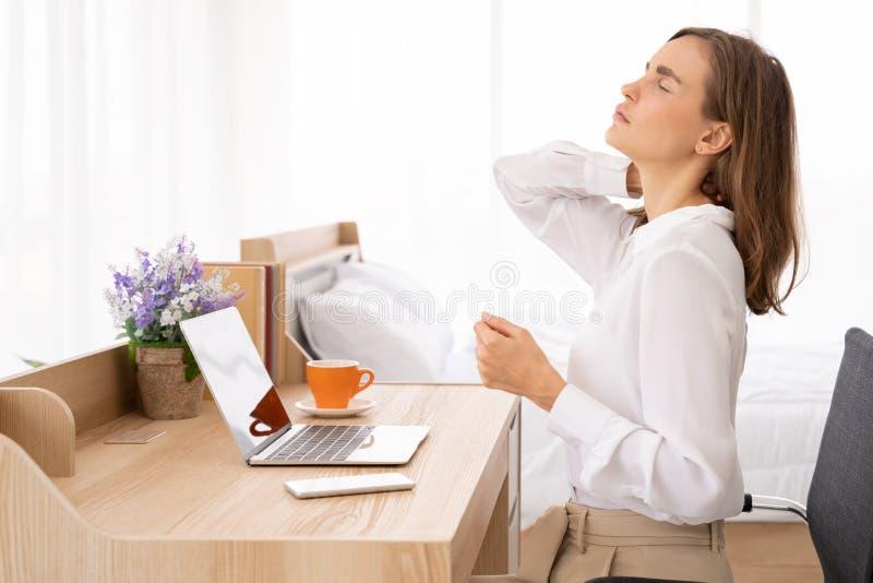 O pescoço e o ombro das jovens mulheres causam dor a ferimento com destaques vermelhos na área da dor, nos cuidados médicos e no  imagens de stock