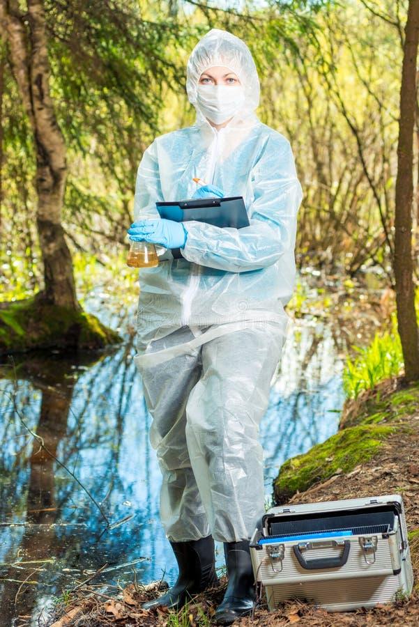 o pesquisador do laborat?rio grava o resultado da pesquisa da ?gua fotografia de stock royalty free