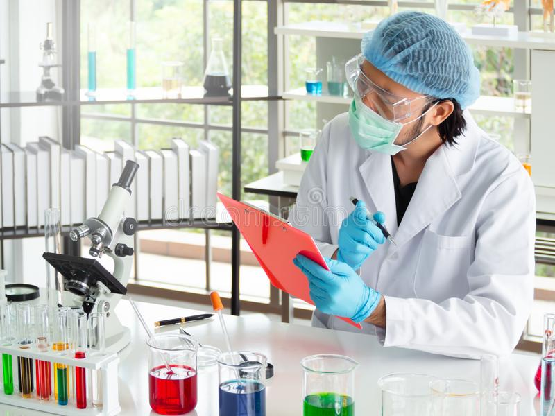 O pesquisador do químico do homem está medindo dados fotografia de stock royalty free