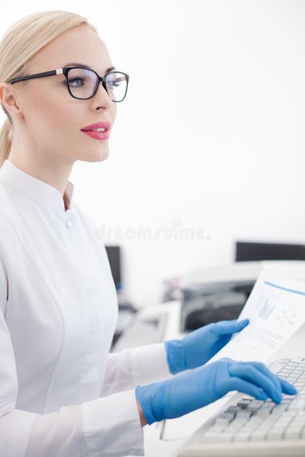 O pesquisador novo hábil está trabalhando no laboratório imagem de stock