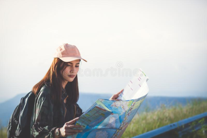 O pessoa asiático das jovens mulheres que caminha com amigos backpacks o passeio foto de stock royalty free