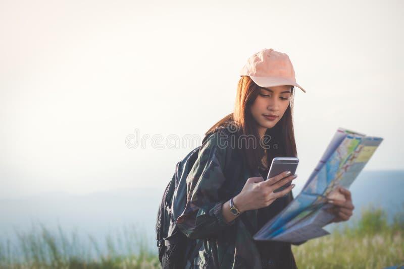 O pessoa asiático das jovens mulheres que caminha com amigos backpacks o passeio imagem de stock royalty free