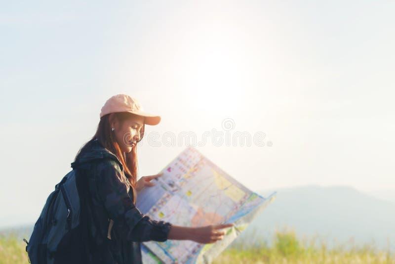 O pessoa asiático das jovens mulheres que caminha com amigos backpacks o passeio fotografia de stock