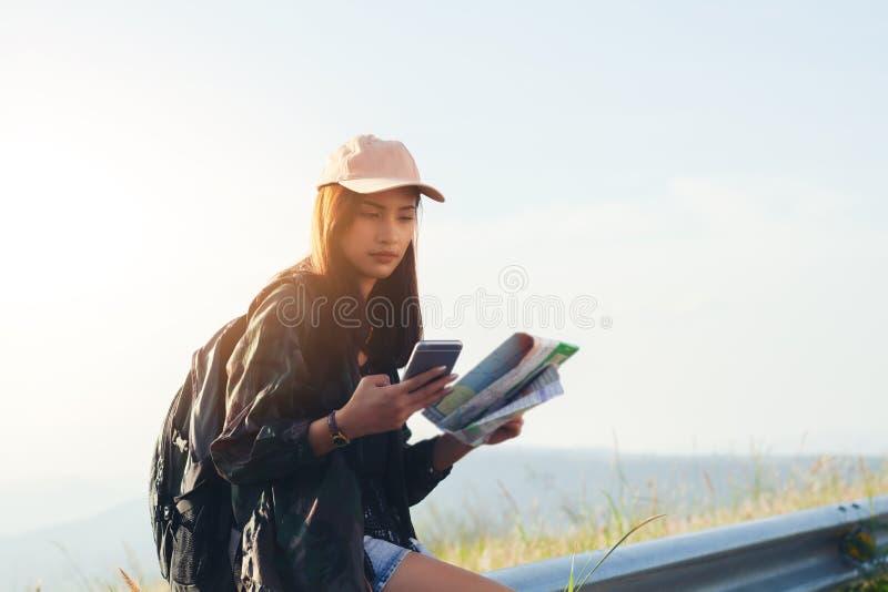 O pessoa asiático das jovens mulheres que caminha com amigos backpacks o passeio fotos de stock royalty free