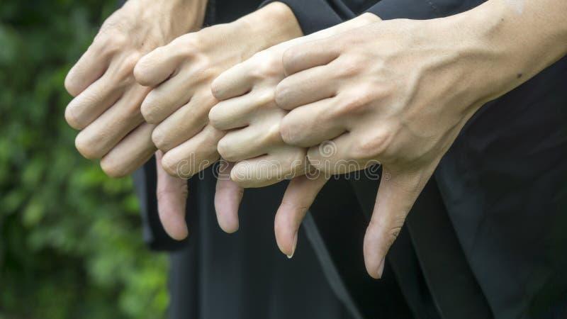 O pessoa com graduação preta veste a batida para baixo fotos de stock royalty free