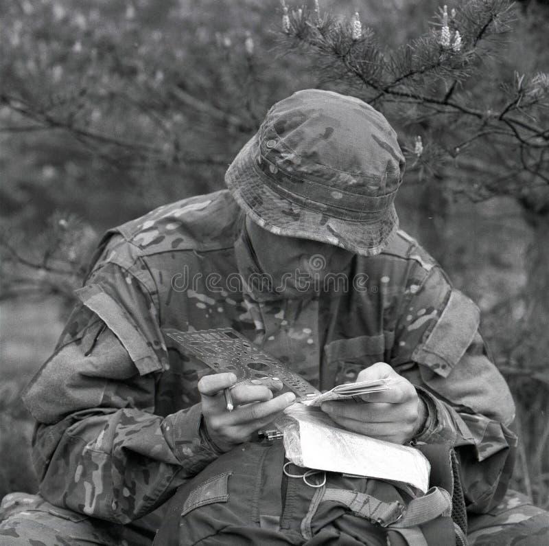 O pessoa diferente do soldado segura casos pessoais após o conflito fotos de stock