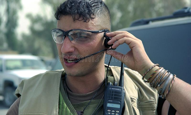 O pessoa diferente do soldado segura casos pessoais imagens de stock royalty free