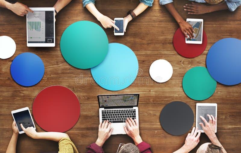 O pessoa diverso entrega Team Busy Devices Concept imagens de stock royalty free