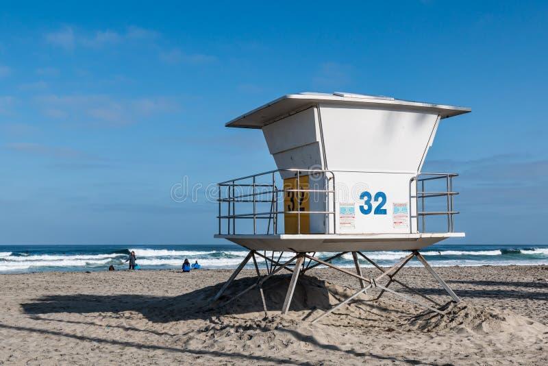 O pessoa em La Jolla suporta a praia perto da salva-vidas Tower imagem de stock