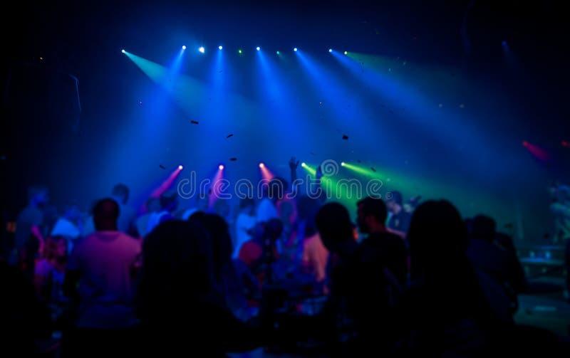 O pessoa mostra em silhueta a dança em um clube foto de stock