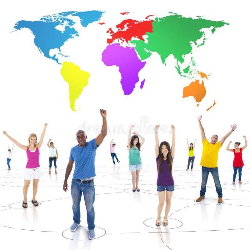 O pessoa Multi-étnico conectado arma o Abo aumentado e colorido do mundo fotos de stock royalty free