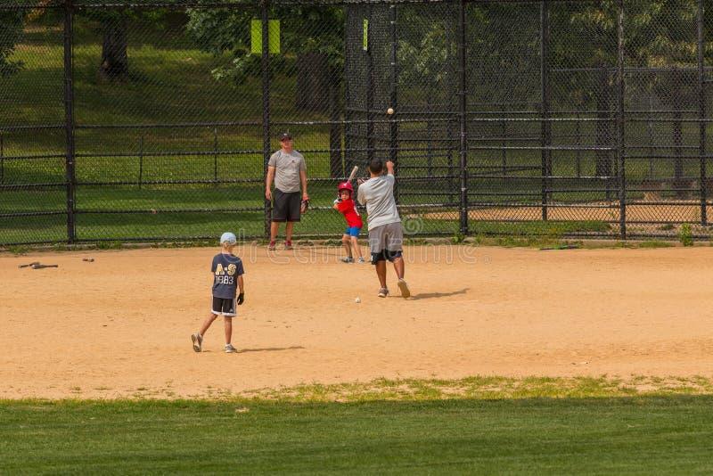O pessoa não identificado joga o basebol amador no Central Park imagens de stock royalty free