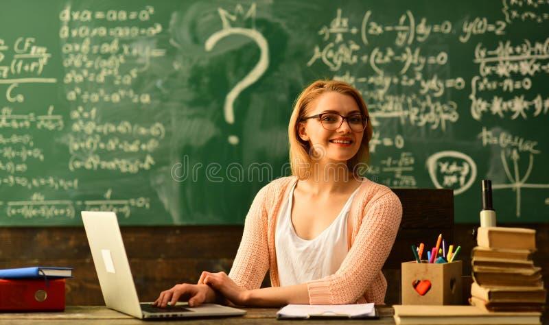 O pessoa que aprende a educação e o conceito da escola, professor começa a lição, professores tão diferentes quanto os estudantes fotos de stock royalty free