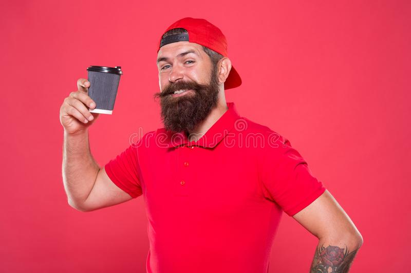 O pessoal da cafetaria quis Barista preparou a bebida para você Barista alegre Do tampão vermelho farpado do moderno do homem pos fotos de stock royalty free