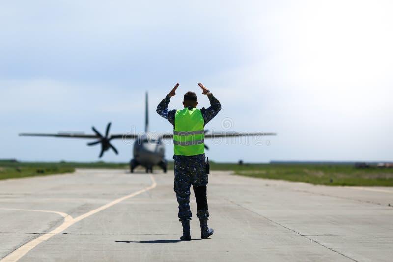 O pessoal do solo é responsável por um avião de carga militar Alenia C-27J Spartan da Força Aérea da Bulgária que aterrou em fotografia de stock