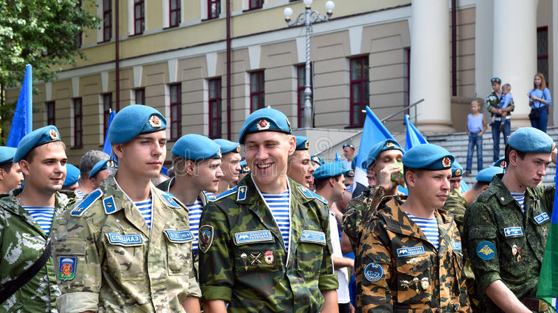 O pessoal militar anterior marca o feriado - o dia de tropas transportadas por via aérea imagem de stock