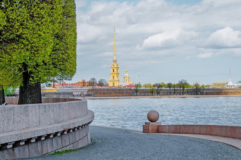 O Peter e o Paul Fortress da seta de Vasilyevsky Island na primavera em St Petersburg imagem de stock royalty free