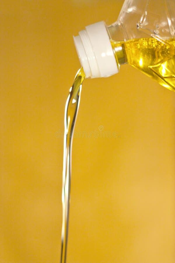 O petróleo do girassol é derramado de um frasco fotos de stock