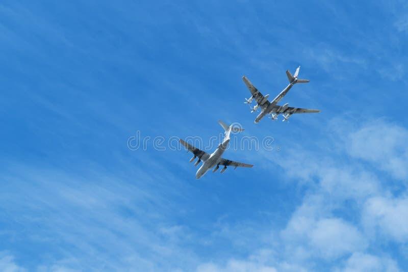 O petroleiro de ar Ilyushin IL-78 e o ` estratégico do bombardeiro Tu-95 carregam o ` imagem de stock