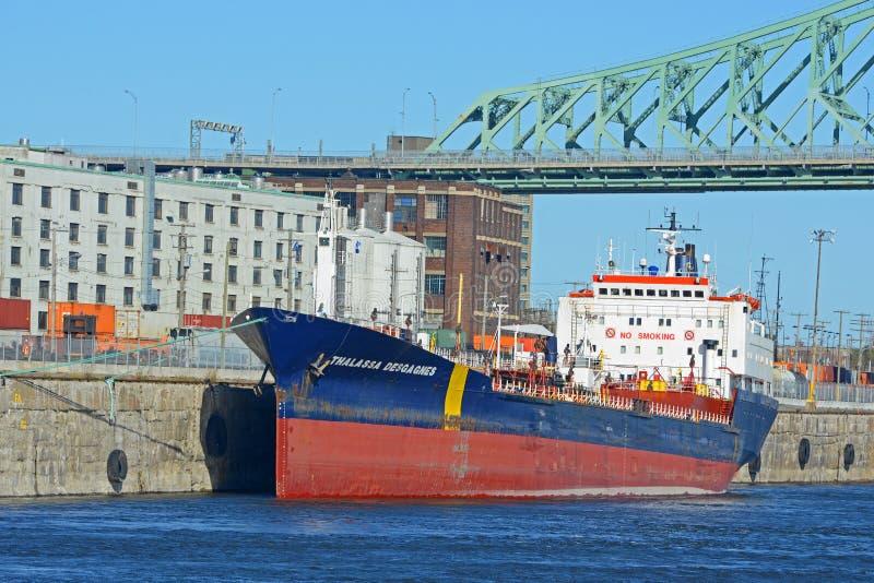 O petroleiro envia Thalassa Desgagnes em Montreal, Canadá imagens de stock